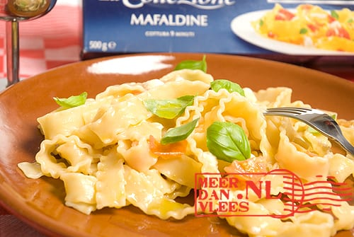 Mafaldine met cherrytomaat, mozzarella en basilicum