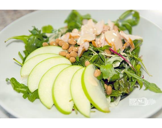 Salade van gerookte kipfilet met Granny Smith, rucola en sojabonen
