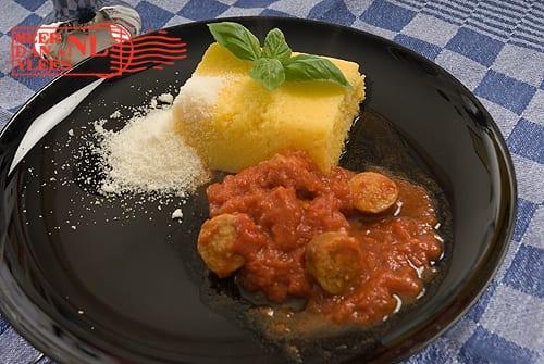 Polenta met saucijs en tomatensaus