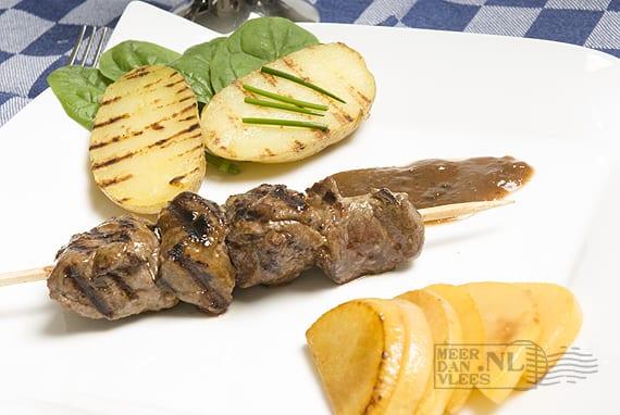 Brochettes van ossenhaas met gecarameliseerde boterraap en gegrilde aardappel