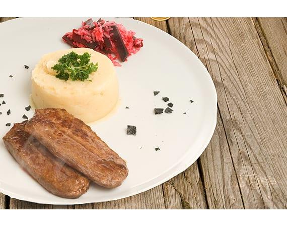 Sukade van Black Angus uit de koekenpan met knolselderijpuree en bietenrijst