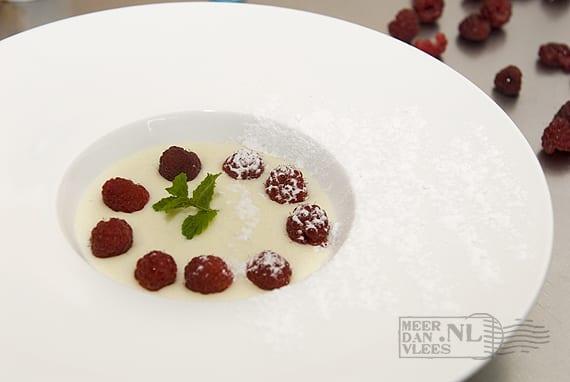 Dessert van griesmeelpap en verse frambozen
