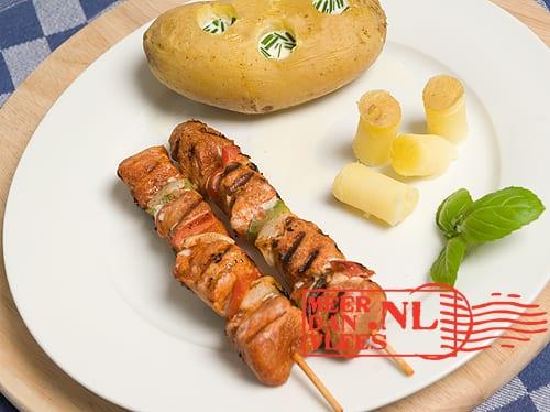 Gegrilde barbecueshashlick, gevulde aardappel met mascarpone