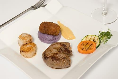 Tournedos, coquilles St. Jacques en zuurkoolcroquette op puree van truffe de Chine en sabayon van schaaldieren