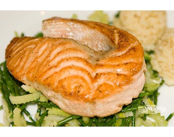 Zalmsteak of -filet van de grill met zeekraal en bleekselderij