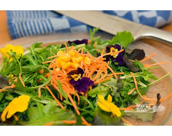Gemengde salade met eetbare bloemen