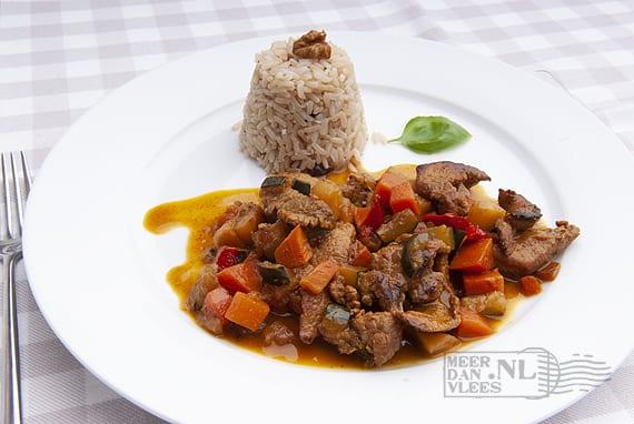 Varkensvlees met ratatouille en zilvervliesrijst
