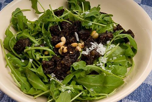 Salade tiède van rucola met gefrituurde bakbloedworst