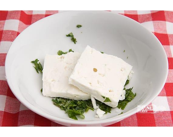 Beyaz peynir, gemarineerde Turkse verse kaas