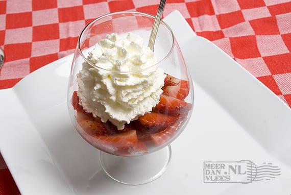 Aardbeien in balsamicomarinade met slagroom