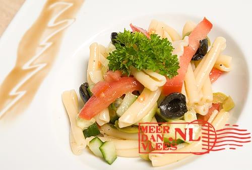 Koude salade van pasta, twee olijven en feta