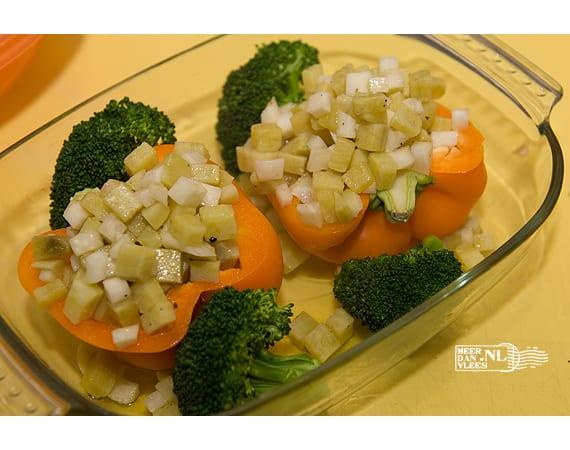 Gestoofde paprika, gevuld met zoete aardappel en selderijknol