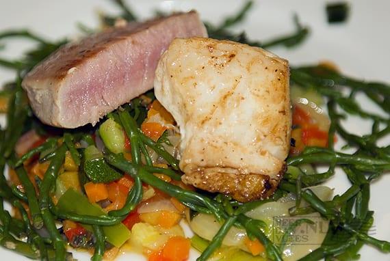 Gegrilde zeewolffilet en tonijnsteak met wokgroente en zeekraal
