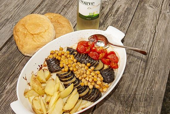 Vegetarische stoofschotel van aubergines en kikkererwten