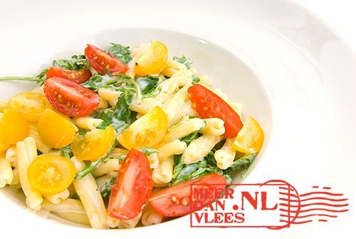Strozzapreti pasta met ricotta, rucola en cherrytomaten