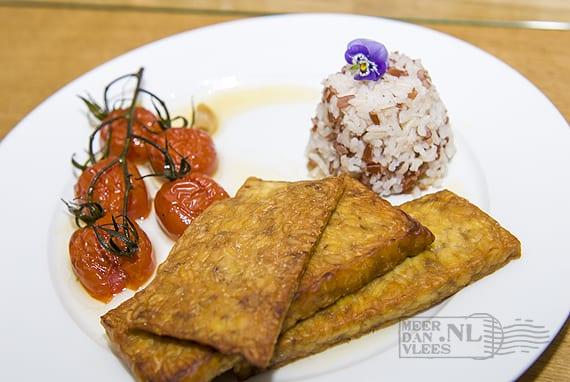 Tempeh met gestoofde tomaatjes en zwart-witte rijst