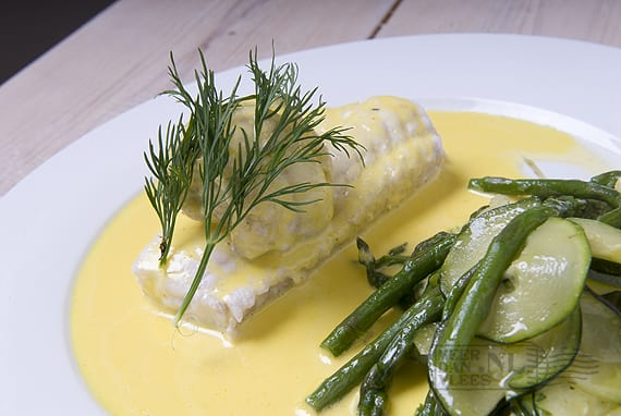 Visfilet van witvis en groene asperges in saffraansaus