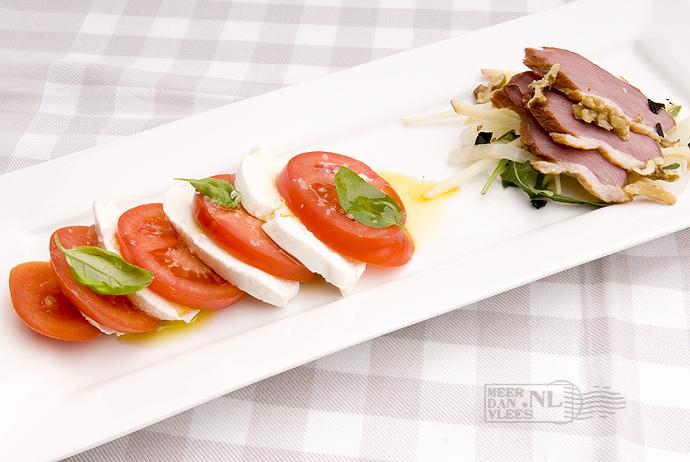Antipasto van insalata caprese en gerookte eend