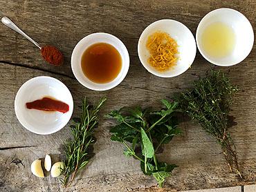 Lamsrack van de grill met honing, citroen en rozemarijn