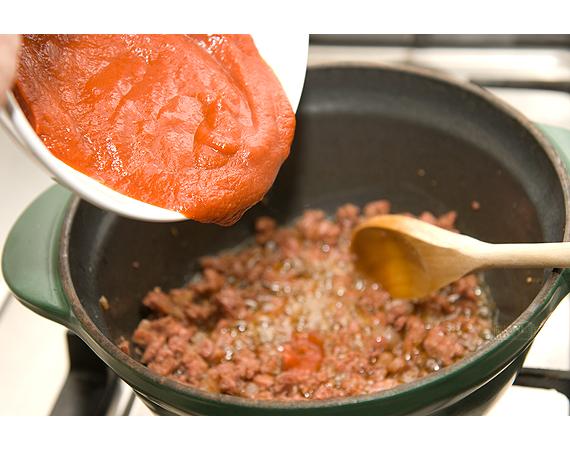 Pappardelle, salsiccia, lardo e sugo