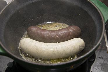 Belgische stoemp van wittekool met witte en zwarte beuling