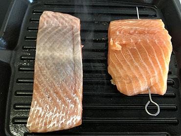 Zalmsteak of -filet van de grill met zeebanaan en gegrilde aardappel
