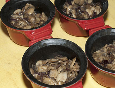 Zhulyen (жульен) griby v smetane (грибы в сметане)