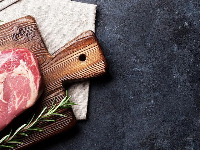 Meerdanvlees rib-eye plank rozemarijn stenen tafel