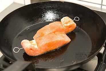 Zalmfilet van de grill met aspergecrème en zeekraal