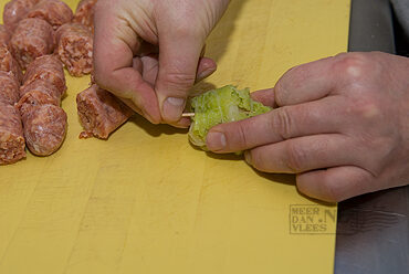 Koolrolletjes van savooiekool met verse worst