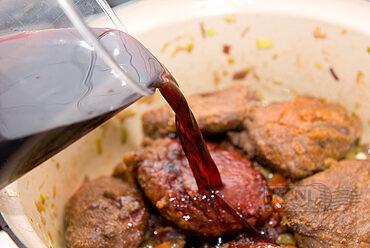 Varkenswang in rode wijn