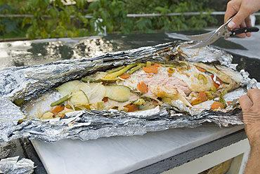 Hele Noorse zalm in een papillotte op de grill