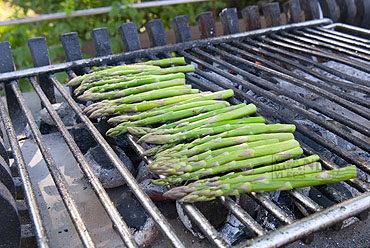 Skirt steak en groene asperges op de barbecue