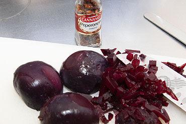 Trenette met rode biet en peperoncino